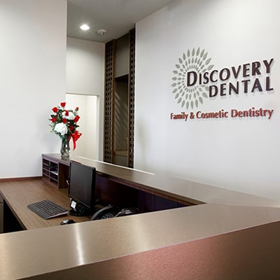 Office tour of Discovery Dental. Here is the front desk